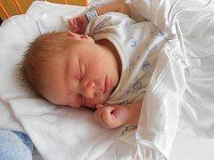 JAKUB Mezera se narodil 8.července. Vážil 3,44 kilogramů a měřil 48 centimetrů. Rodiče Irena a Martin si ho odvezou domů do Lázní Bělohrad. Tam se už na něj těší tříletý bráška Honzík.