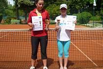 Finalistky tenisového turnaje v Mladé Boleslavi: (odleva) Krejčíková (Sparta), Šťastná (LTC MB)