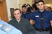 Seniorovi z Mladoboleslavska kladou policie i státní zastupitelství za vinu, že předloni v létě, v červnu a v červenci 2017, nastražil na koleje skácené kmeny stromů, aby do nich narazil vlak.