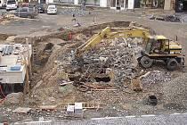 Odkrytá podzemní místnost v centru Staroměstského náměstí, jde zřejmě o požární nádrž.