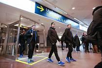 Mladoboleslavská florbalová výprava na letišti ve Stockholmu.