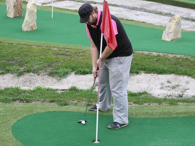 Redaktor Deníku Jarda Bílek se snaží pokořit putting-golfové hřiště v Úžicích u Kralup nad Vltavou
