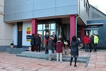 V Chotětově otevřeli 1. března novou pobočku pošty, která se přestěhovala do reprezentativní vestavby v sousedství úřadu městyse.