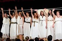 Dámská sestava při páteční premiéře si diváky získala nejen hrou a půvabem, ale také zpěvem. Představitelky rolí se však před nedělním představením promíchaly, aby si větší role užily všechny herečky.