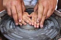 Také práci s keramickou hlínou a hrnčířským kruhem si budou moci vyzkoušet návštěvníci festivalu.