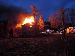 Požár střechy rodinného domu. Ilustrační foto
