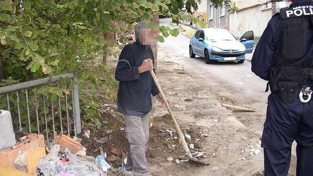 Suť z kontejneru házel muž rovnou do Klenice