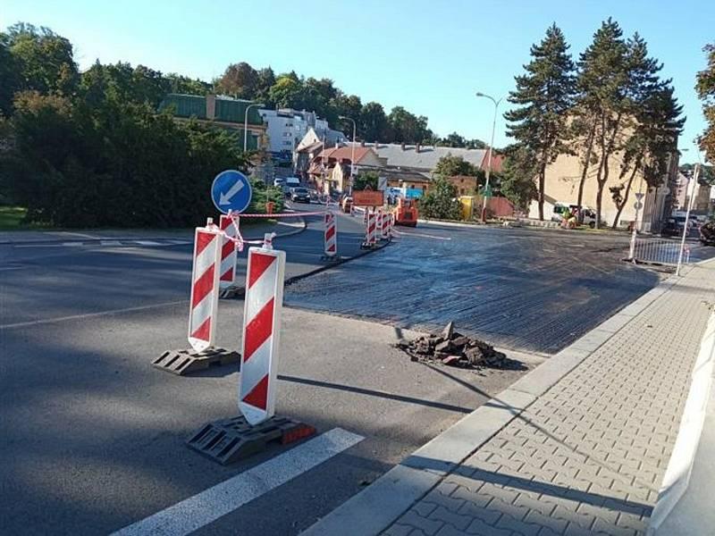 Oprava okružní křižovatky ulic Nádražní a Pražská v Mladé Boleslavi.
