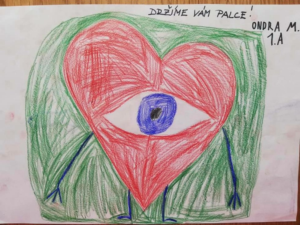 Žáčci ze 4. základní školy nakreslili pro lékaře a sestřičky obrázky na zlepšení nálady a jako poděkování za jejich obětavost