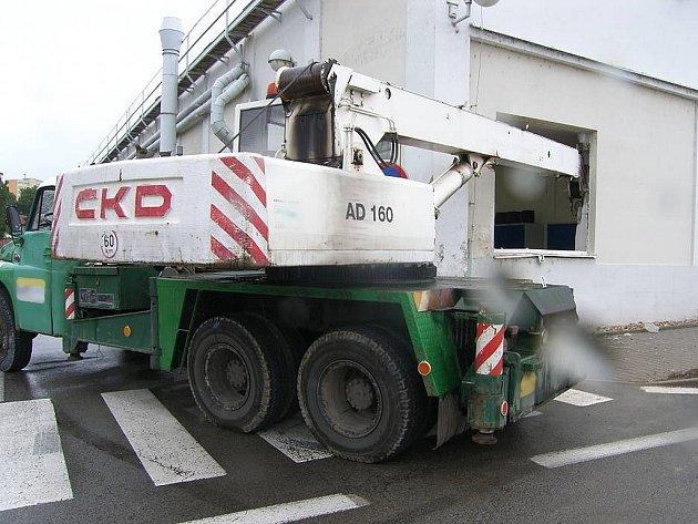 Jeřáb zranil tři pracovníky automobilky