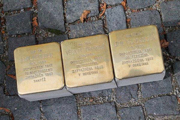 Usazování prvních jedenácti kamenů zmizelých vMladé Boleslavi a Debři.