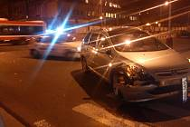 Večerbí nehoda na křižovatce U Bičíků (foto mobilním telefonem).
