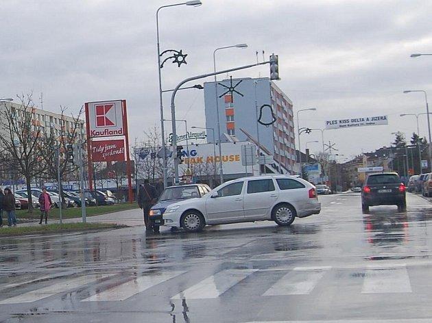 Nehoda dvou vozidel na křižovatce u Kauflandu v Mladé Boleslavi.