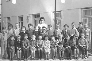 Základní škola Loukov, píše se zhruba rok 1960. Nahoře stojí paní učitelka Benešová – Průšková.