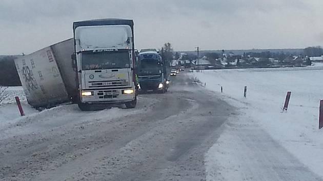 NÁVĚS KAMIONU v příkopu na silnici mezi Libichovem a Luštěnicemi.