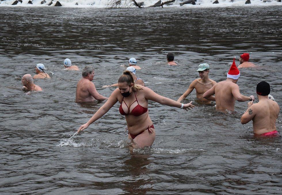 Z koupání v řece Jizeře na Štědrý den před klubovnou otužilců v mladoboleslavských Podlázkách.