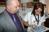 Jak fungují nové počítače, předvedla mluvčímu ministerstva zdravotnictví Tomáši Cikrtovi lékařka rehabilitačního oddělení Ilona Rejmanová.