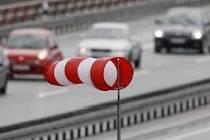 Silný vítr hrozí na řidiče i chodce