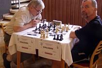 Rus Viktor Volodin (vpravo) si na turnaji připsal první vítězství. Porazil Slovince Antona Praznika.