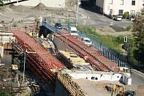 Na novém mostu do Čejetic se horečně pracuje.