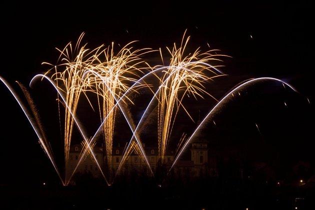 Tradiční novoroční ohňostroj v Benátkách nad Jizerou na Mladoboleslavsku.