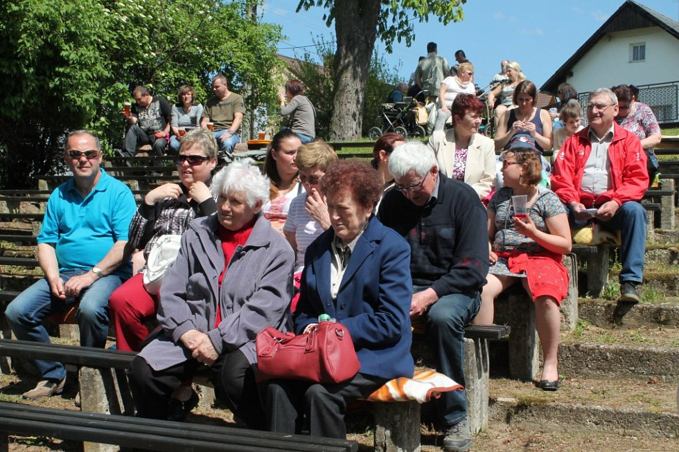 V Ledcích si připomněli oběti z konce druhé světové války a ani letos nechybělo ochotnické divadlo v přírodním amfiteátru