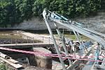 Opravy jezu pokračují. Od minulé středy se v Loukovci Hubálově pracovníci Povodí Labe pokouší opravit prolomený jez i stavidla u malé vodní elektrárny.