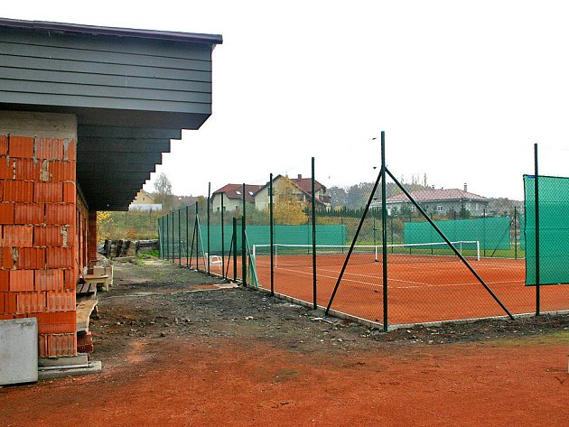 Zrekonstruovaný tenisový kurt začnou lidé hojně využívat až v teplejších měsících.