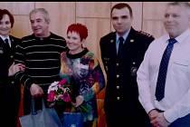 Manželé zachránili ženu na přejezdu