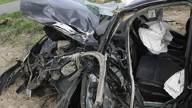 Vážná dopravní nehoda mezi Michalovicemi a Bukovnem. Auto přerazilo strom a totálně demolované skončilo na poli.