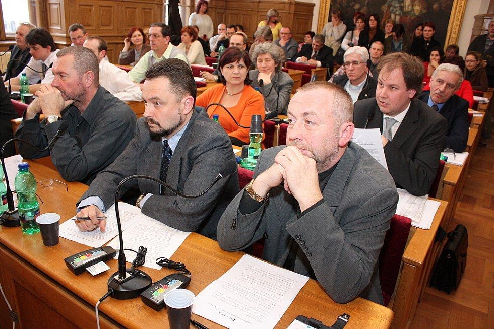 Březnové zasedání zastupitelstva města Mladá Boleslav.  (vpředu zastupitelé Miloslav Neuman, Jan Nejman a Luboš Dvořák).