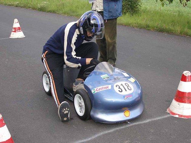 Mládežnickou kategorii M3 v Bzové  ovládli boleslavští minikáristé. Do svého stroje se právě chystá usednout vítěz závodu Milan Novosad.