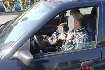Vedle řidiče sedělo malé dítě, bez autosedačky!