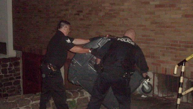 Strážníci městské policie uklízeli nepořádek po opilé ženě