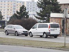 Auta na chodníku nikomu nevadí?