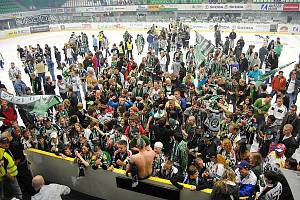 Fanoušci a hokejisté Mladé Boleslavi oslavují výhru baráže a udržení v extralize.