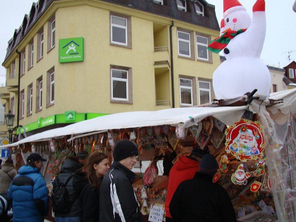 Vánoční trhy na Českobratrském náměstí přilákaly davy lidí.