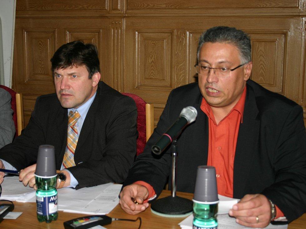 Primátor Mladé Boleslavi Raduan Nwelati na jednání zastupitelstva, které včera přijalo prohibiční vyhlášku.