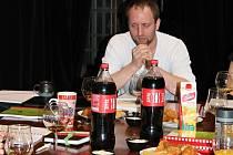 Režisér Pavel Khek na zahajovací zkoušce. Že by právě probíhala modlitba nad hostinou jako z amerického snu?