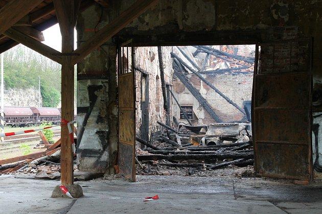 Nádražní budova vBakově nad Jizerou lehla popelem isautomobilovými veterány.
