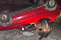 Strážníci kontrolují, zda ve vozidle někdo nezůstal.