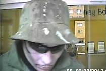 Pachatel v bance v Mladé Boleslavi.