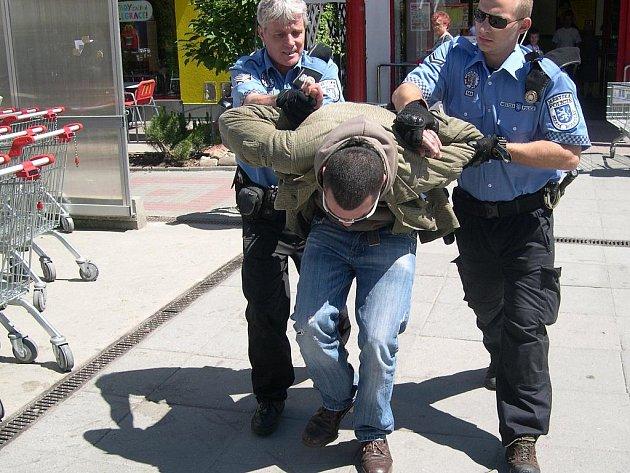 Bezdomovce museli strážníci vyvést ven v poutech.