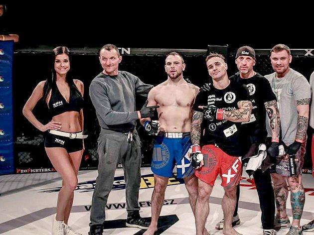 Boleslavský bojovník Tomáš Kubiš (třetí zleva) svůj zápas v Příbrami vyhrál.