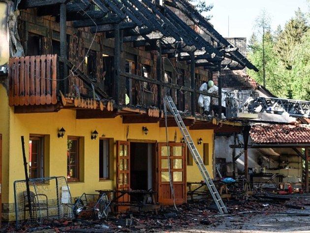 U Drhlenského rybníka nedaleko Kněžmostu na Mladoboleslavsku v pátek 5. června 2015 časně ráno hořela rekreační chata, ve které byli středoškoláci. Při požáru zemřeli dva lidé.