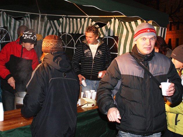 K zahřátí posloužilo svařené víno či horký čaj ze stánku přímo na Komenského náměstí.