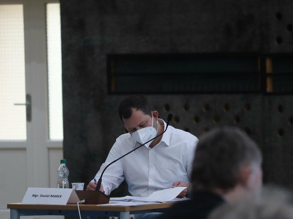 Zastupitelstvo znovu zasedlo po dvou měsících v pondělí 19. dubna.