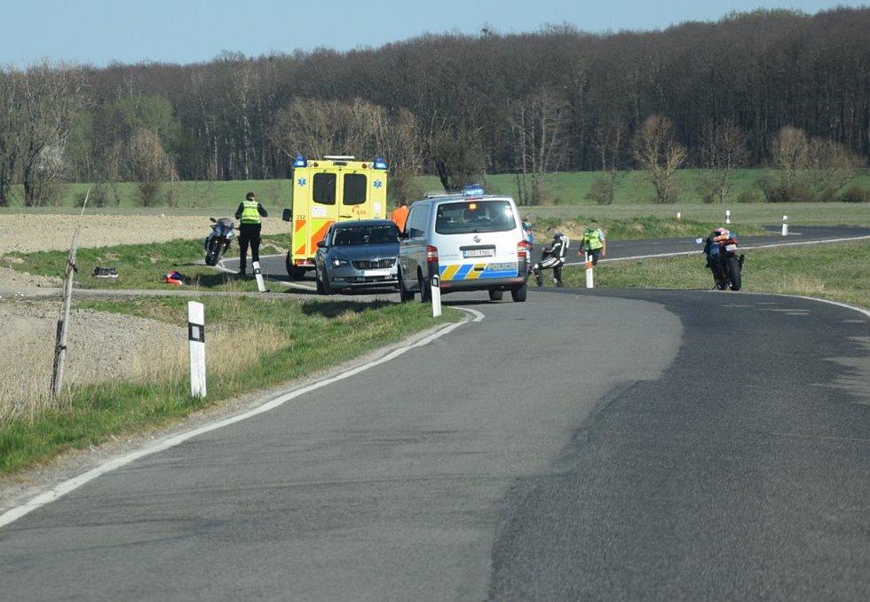 U Čížkovek na Mladoboleslavsku havaroval 11. dubna 2020 motorkář, přistával k němu vrtulník.