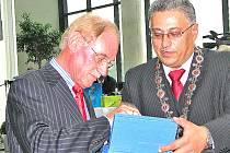 Končící šéf Škody Auto Detlef Wittig (vlevo) převzal čestné občanství Mladé Boleslavi od primátora Raduana Nwelatiho.