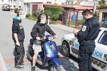 Mladávi se proháněli na kradené motorce
